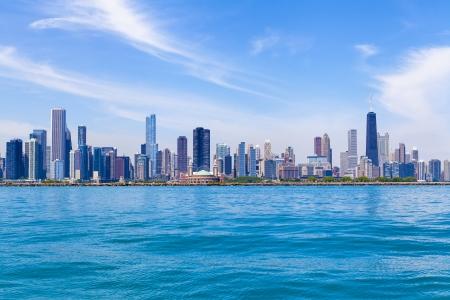 the sky clear: Horizonte de Chicago con el cielo claro azul