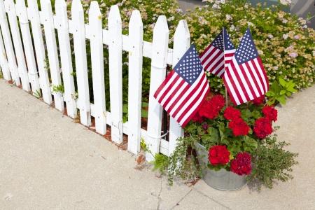 banderas america: Jard�n de la casa con las banderas americanas