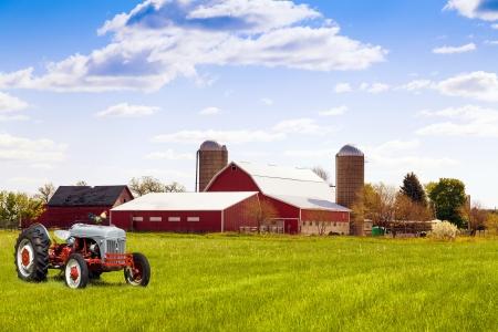 Traditionelle amerikanische Rote Bauernhof mit Traktor