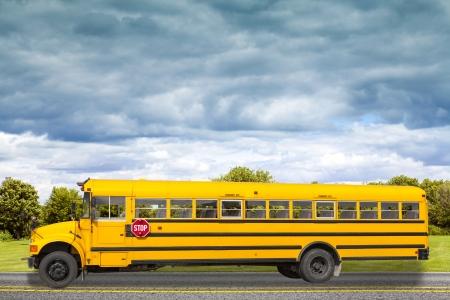 viagem: Ônibus escolar na estrada secundária americana de manhã