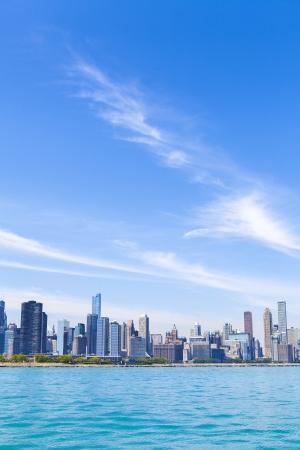 cielo despejado: Horizonte de Chicago con el cielo azul claro