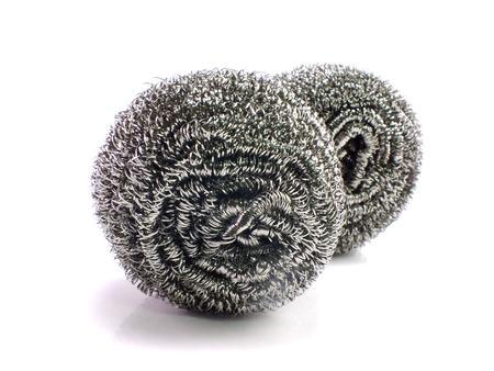 steel pan: estropajos de acero inoxidable en el fondo blanco