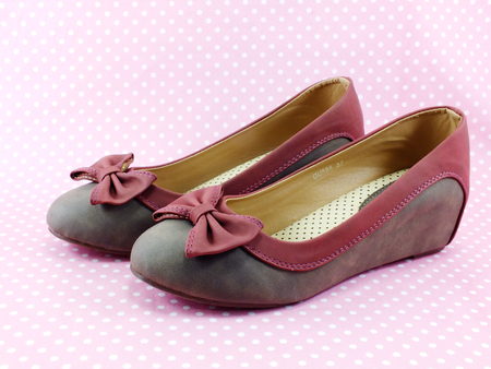 flat shoes: women flat shoes decoration with bow on pink background