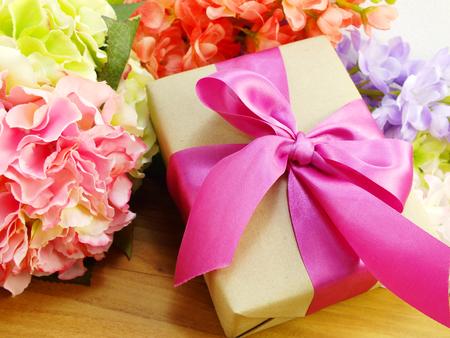 flores de cumpleaños: regalos y hermoso ramo de flores para la mamá para el día de la madre o el cumpleaños Foto de archivo