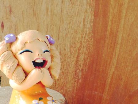 klei poppen kinderen meisje lachend en lachen op houten achtergrond