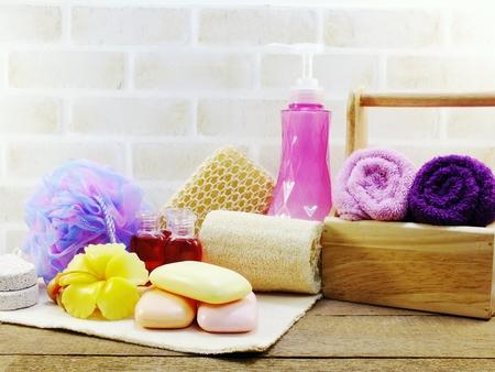 Higiene accesorios para el spa con champú jabón y ducha crema productos de baño Foto de archivo - 82327466