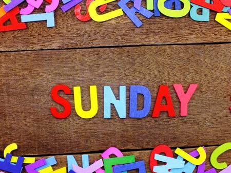 Colorido alfabeto de madera Domingo ortografía sobre fondo de madera Foto de archivo - 82931358