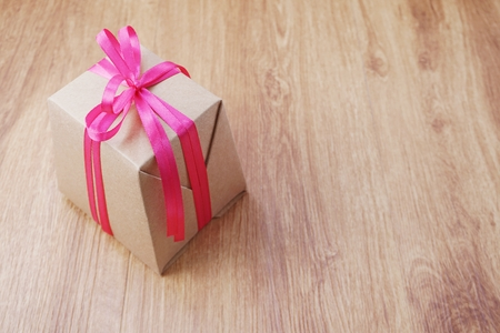 top view gift box present with ribbon on wooden background 免版税图像