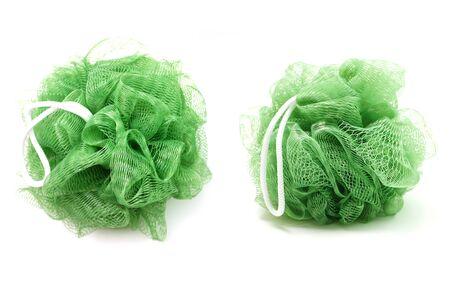 Baño verde suave con cuerda aislado sobre fondo blanco.