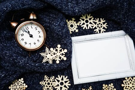 Mock up space copy photo frame with alarm clock and snow flakes winter concept background Banco de Imagens