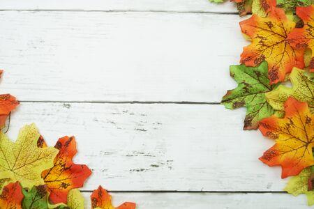 Autumn Maple leave border frame on wooden background Banco de Imagens