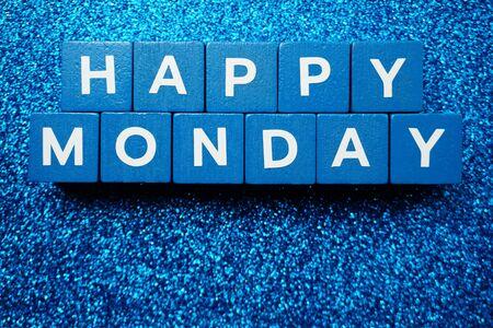 Happy Monday Alphabetbuchstabe auf blauem Glitzerhintergrund