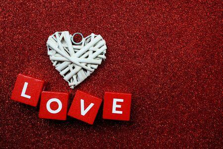 Valentinstag-Hintergrund mit Liebesalphabetbuchstaben auf rotem Funkelnhintergrund Standard-Bild
