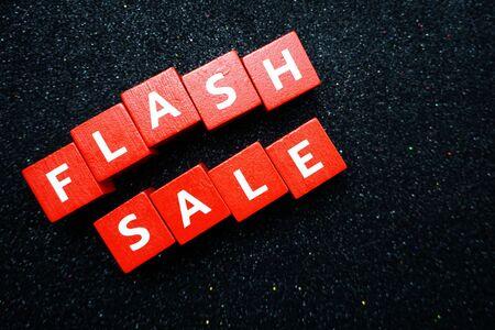 Lettera dell'alfabeto di vendita flash con sfondo spazio copia