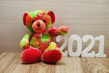 2021 Happy New Year and teddy bear with space copy on wooden background Foto de archivo