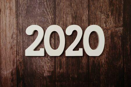 Bonne année 2020 avec copie de l'espace sur fond de bois