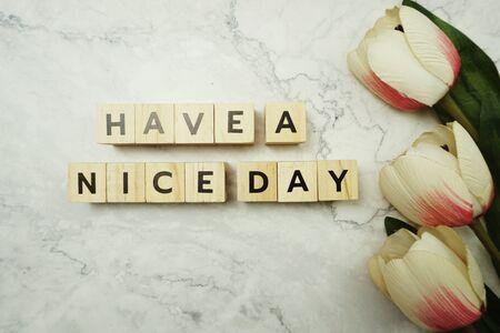 Ayez un message de lettre de mot de Nice Day sur le fond de marbre