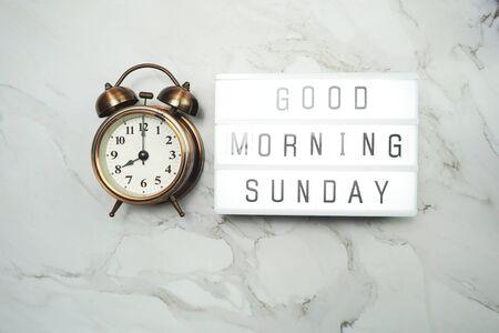 Bonjour mot dimanche dans la boîte à lumière et réveil Mise à plat
