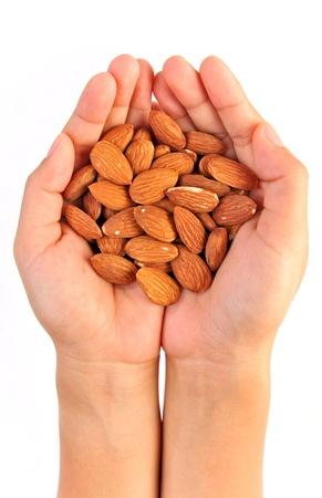 anacardo: Almendras en la mano aisladas en blanco