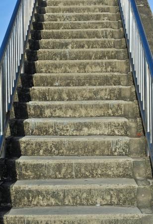bajando escaleras: Escalera en el país Foto de archivo