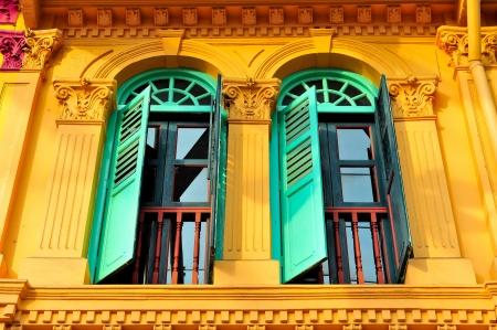 colonial house: antiguo barrio chino de madera de construcci�n agianst moderno rascacielos singapur