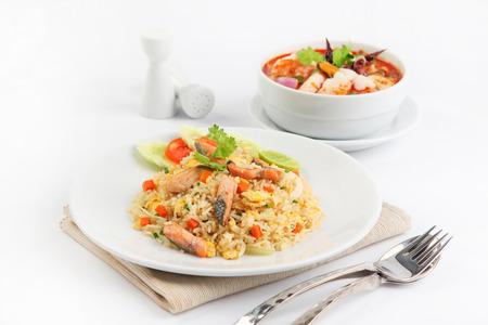 サーモンの揚げ米とトムの yum goong