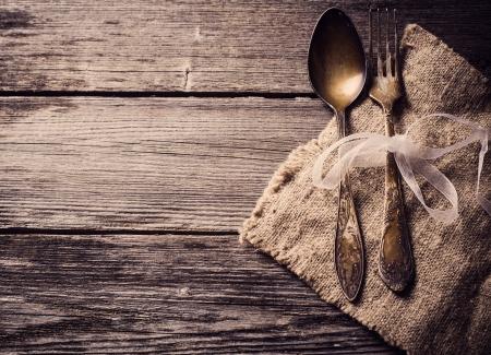kitchen utensils: Antiguo tenedor y cuchara en el fondo de madera Foto de archivo