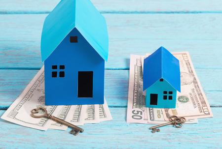 Haus aus dem Papier und Geld auf Holzuntergrund Standard-Bild - 71066907