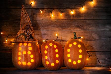 amarillo y negro: Calabazas de Halloween en el fondo de madera