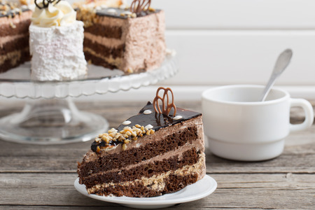 오래 된 나무 테이블에 커피와 케이크의 컵
