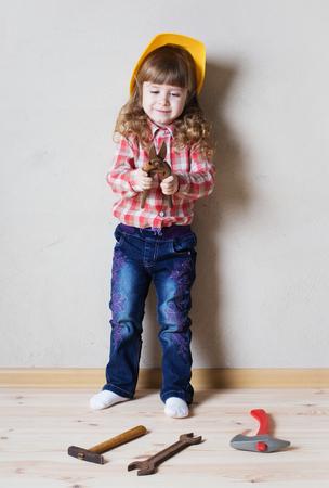 kleines Mädchen spielt im Erbauer