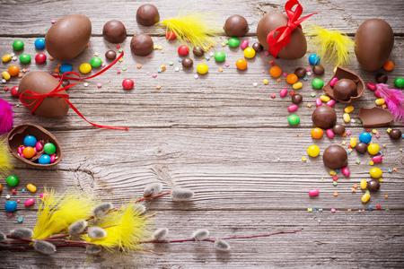 나무 배경 위에 초콜릿 부활절 달걀 스톡 콘텐츠