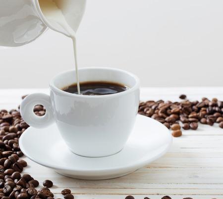 Granos de café sobre un fondo blanco Foto de archivo - 75888881