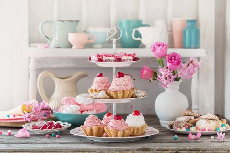 gâteaux roses sur plaque sur fond blanc Banque d'images