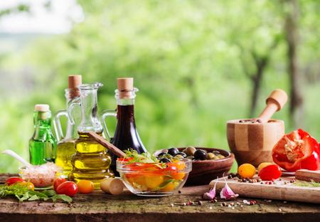 야외 나무 테이블에 기름과 야채