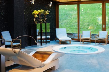 Centro de spa con jacuzzi Foto de archivo - 81288808
