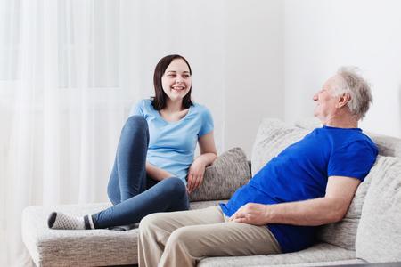 屋内彼の孫娘と祖父
