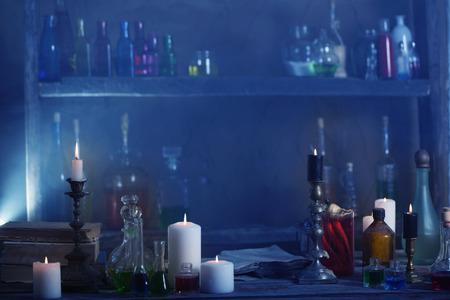 Zaubertrank, alte Bücher und Kerzen Standard-Bild - 81939610