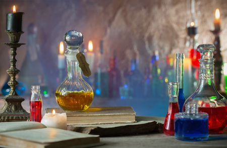Pozione magica, libri antichi e candele Archivio Fotografico - 83473137