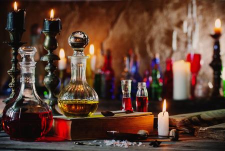 Zaubertrank, alte Bücher und Kerzen Standard-Bild - 83473140