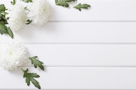 Chrysanthemum op witte houten achtergrond