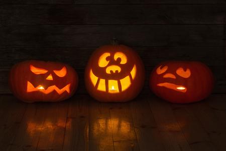 Halloween-Kürbis auf Holzuntergrund Standard-Bild - 84155267
