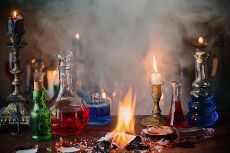 마법의 물약, 고대 책과 촛불 어두운 배경에