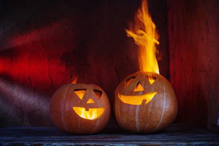 Calabazas de halloween en la mesa de madera sobre fondo oscuro Foto de archivo - 86522194