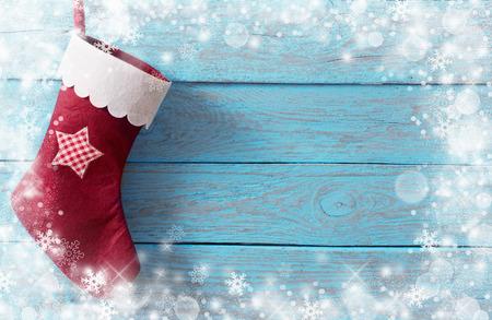 Kerst kous met geschenken op houten muur