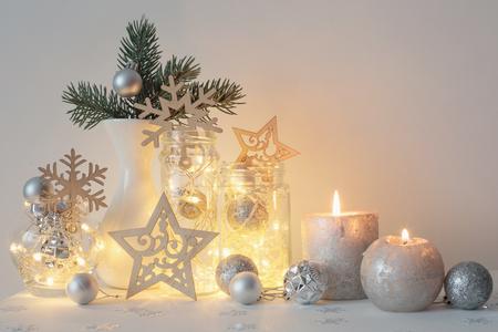 白い背景の壁にキャンドルがクリスマスの装飾