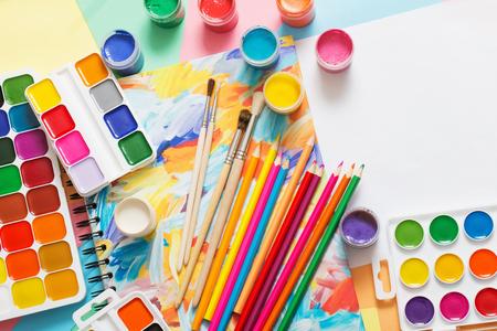 Pinturas, lápices y pinceles sobre papel Foto de archivo - 94157992