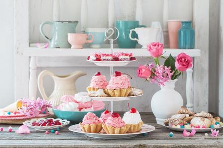 roze cakes op plaat op witte achtergrond Stockfoto