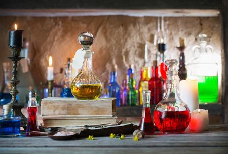 Potion magique, livres anciens et bougies Banque d'images