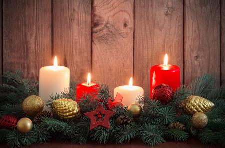 Weihnachtskranz auf altem dunklem Holzhintergrund